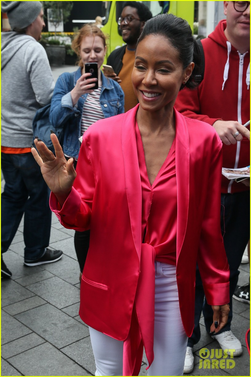 jada-pinkett-smith-likes-to-do-oil-painting-in-her-spare-time-05