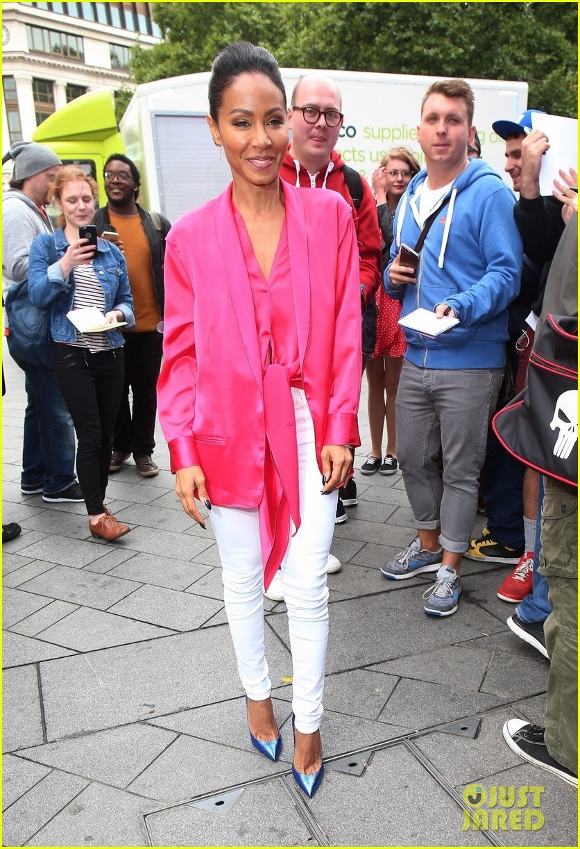 jada-pinkett-smith-likes-to-do-oil-painting-in-her-spare-time-02