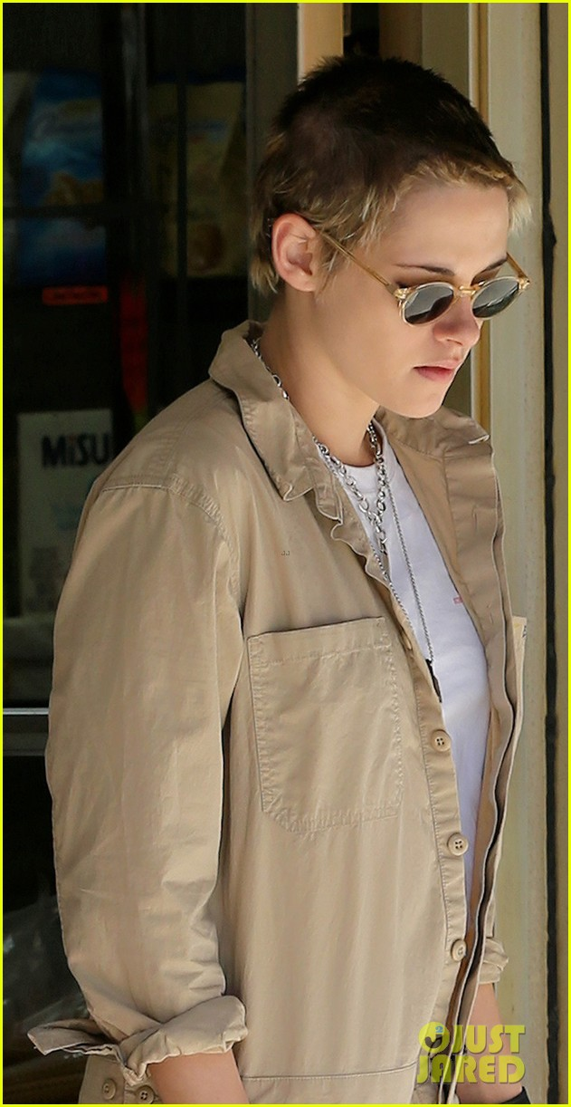 kristen-stewart-and-stella-maxwell-couple-up-for-lunch-date-06