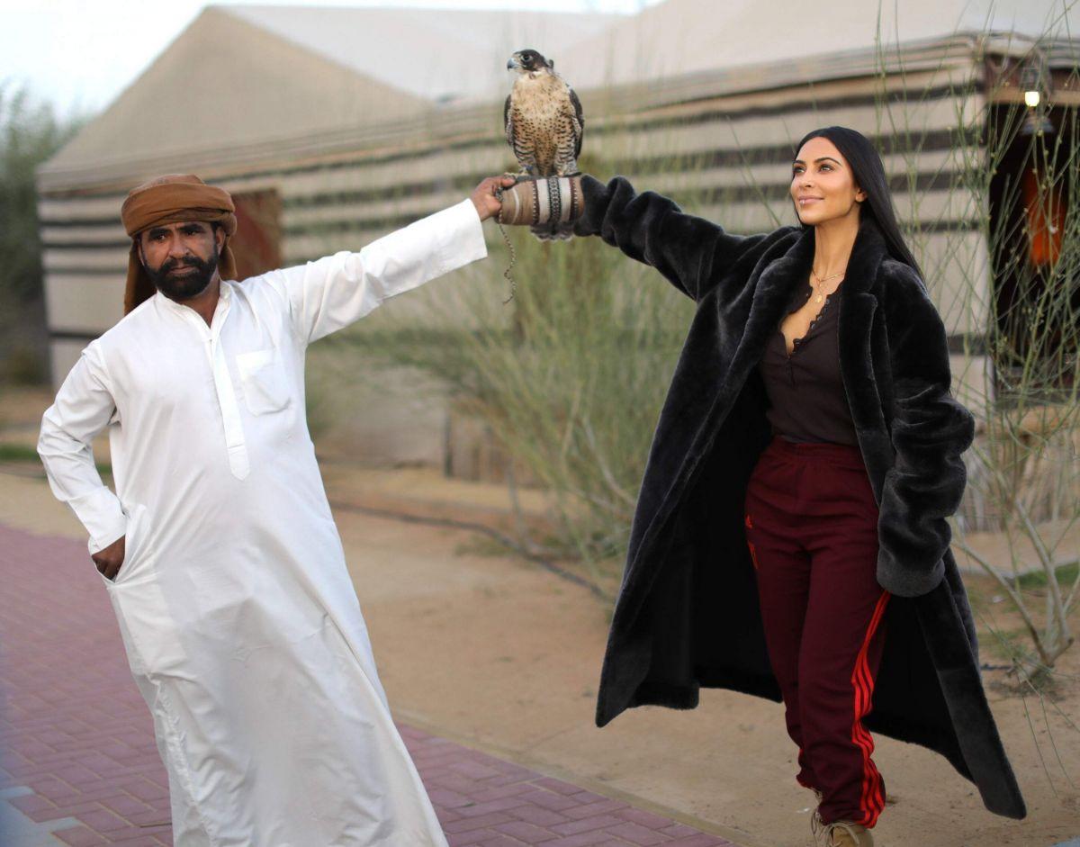 kim-kardashian-goes-atv-riding-in-the-desert-at-sundown-in-dubai-_10
