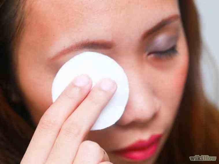 تنظيف مكياج العين