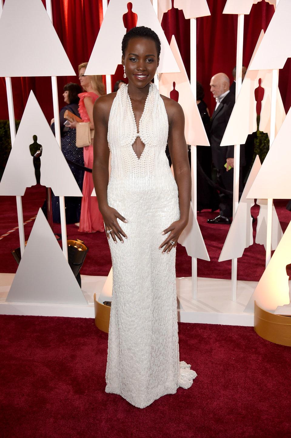 اوسكار 2015 لوبيتا ترتدي فستان ابيض من Calvin Klein