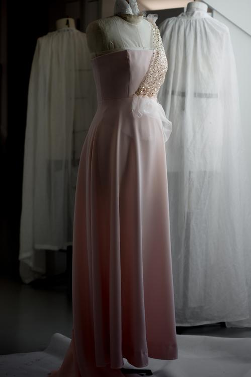 مراحل تصنيع الفستان (7)