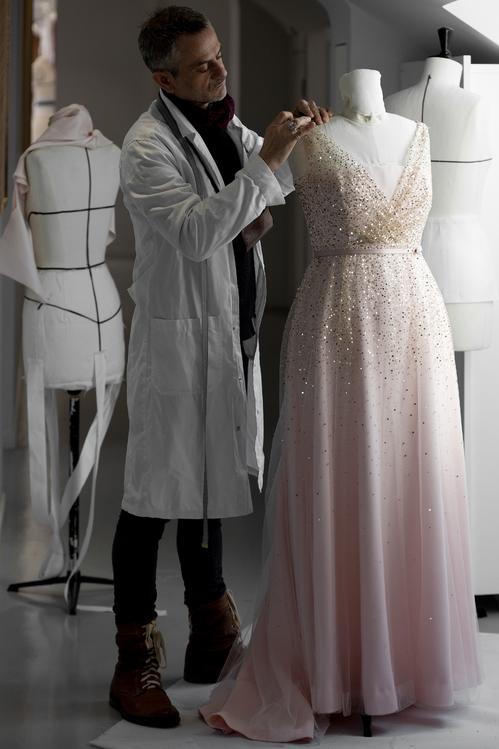 مراحل تصنيع الفستان (1)