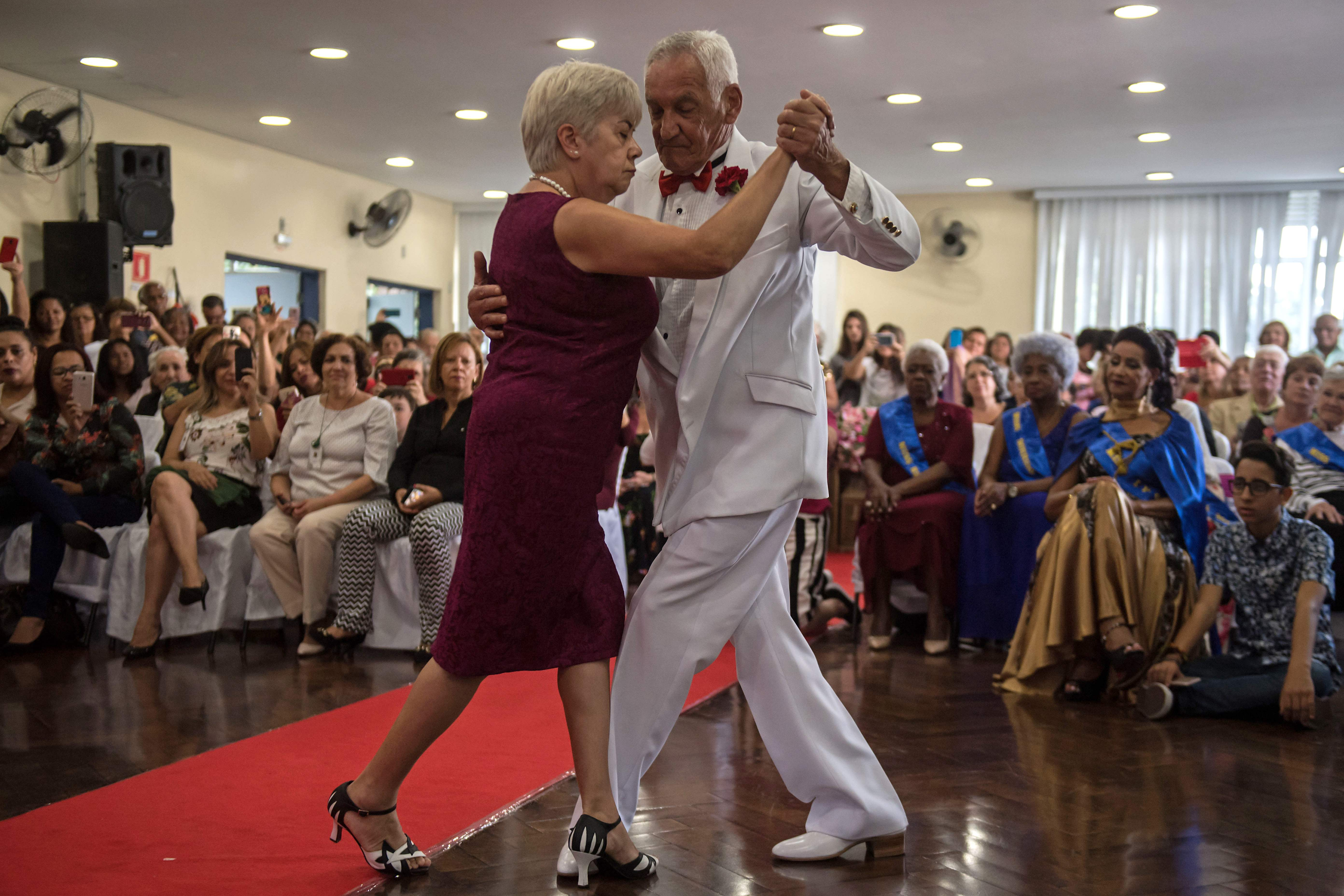1351538-رجل-وزوجته-يرقصان-خلال-الحفل