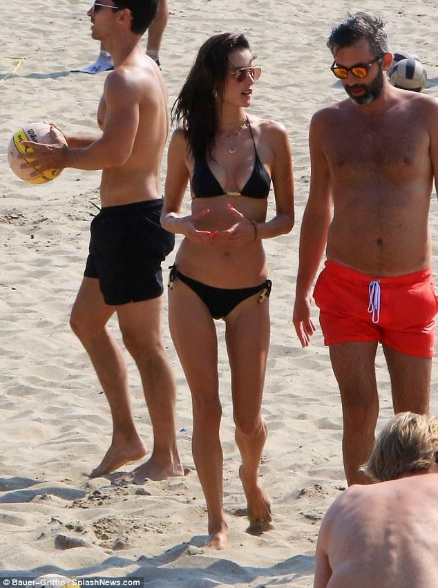 السندرا امبروسيو علي الشاطئ  (2)