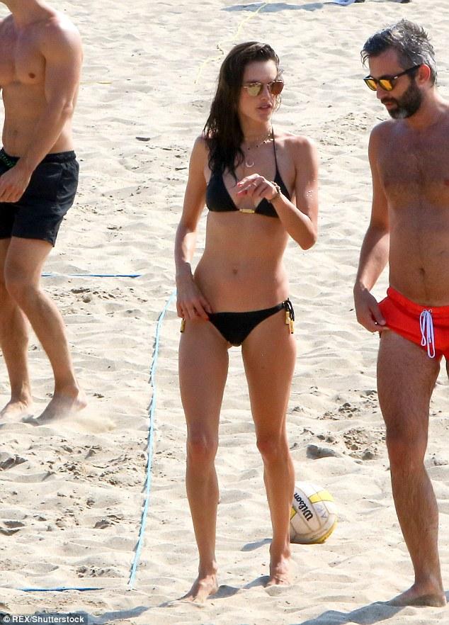 السندرا امبروسيو علي الشاطئ  (6)