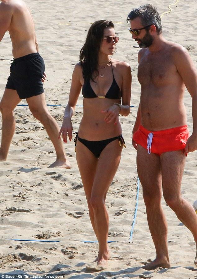 السندرا امبروسيو علي الشاطئ  (3)