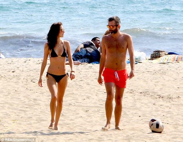 السندرا امبروسيو علي الشاطئ  (11)