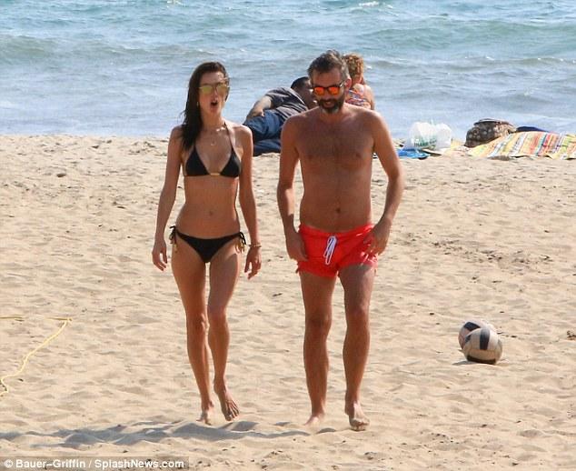 السندرا امبروسيو علي الشاطئ  (1)