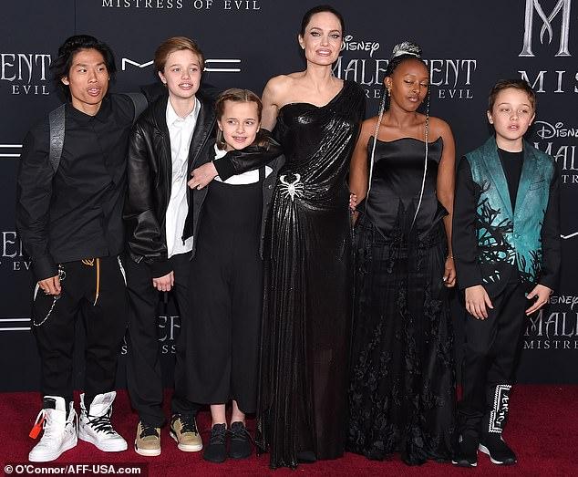 انجلينا مع ابنائها قبل العرض (1)