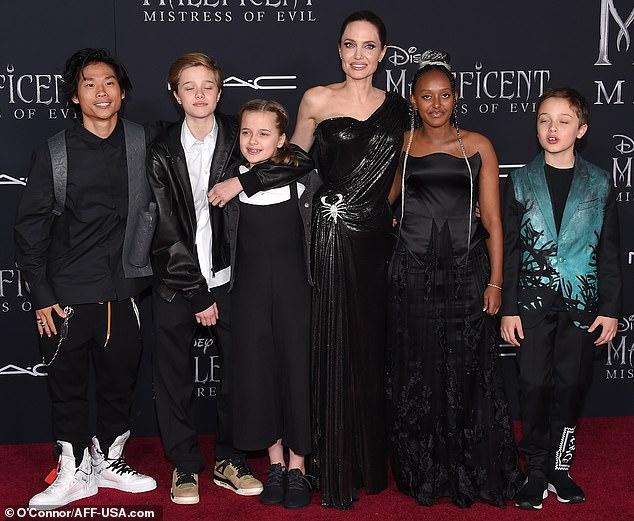 انجلينا مع ابنائها قبل العرض (2)