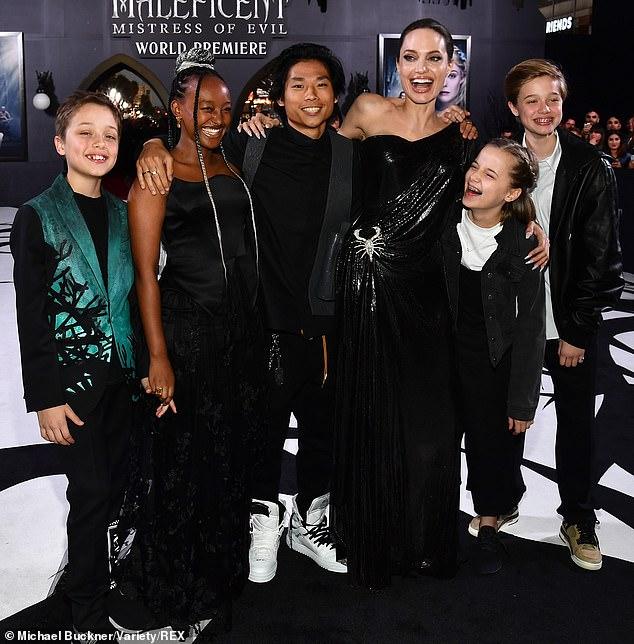 انجلينا مع ابنائها قبل العرض (3)