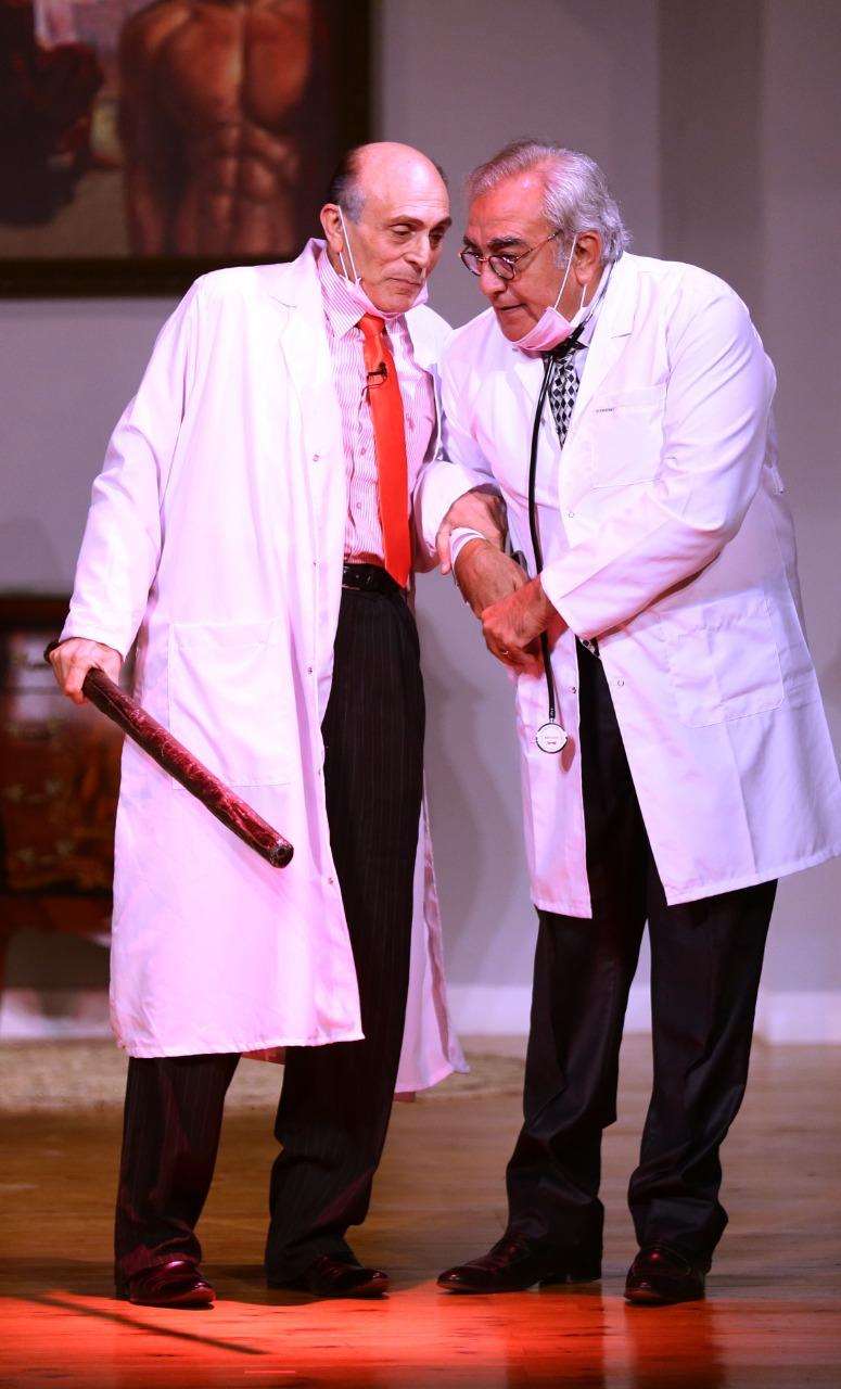 محمد صبحي مع عبدالرحيم حسن في مسرحية انا والنحلة والدبور