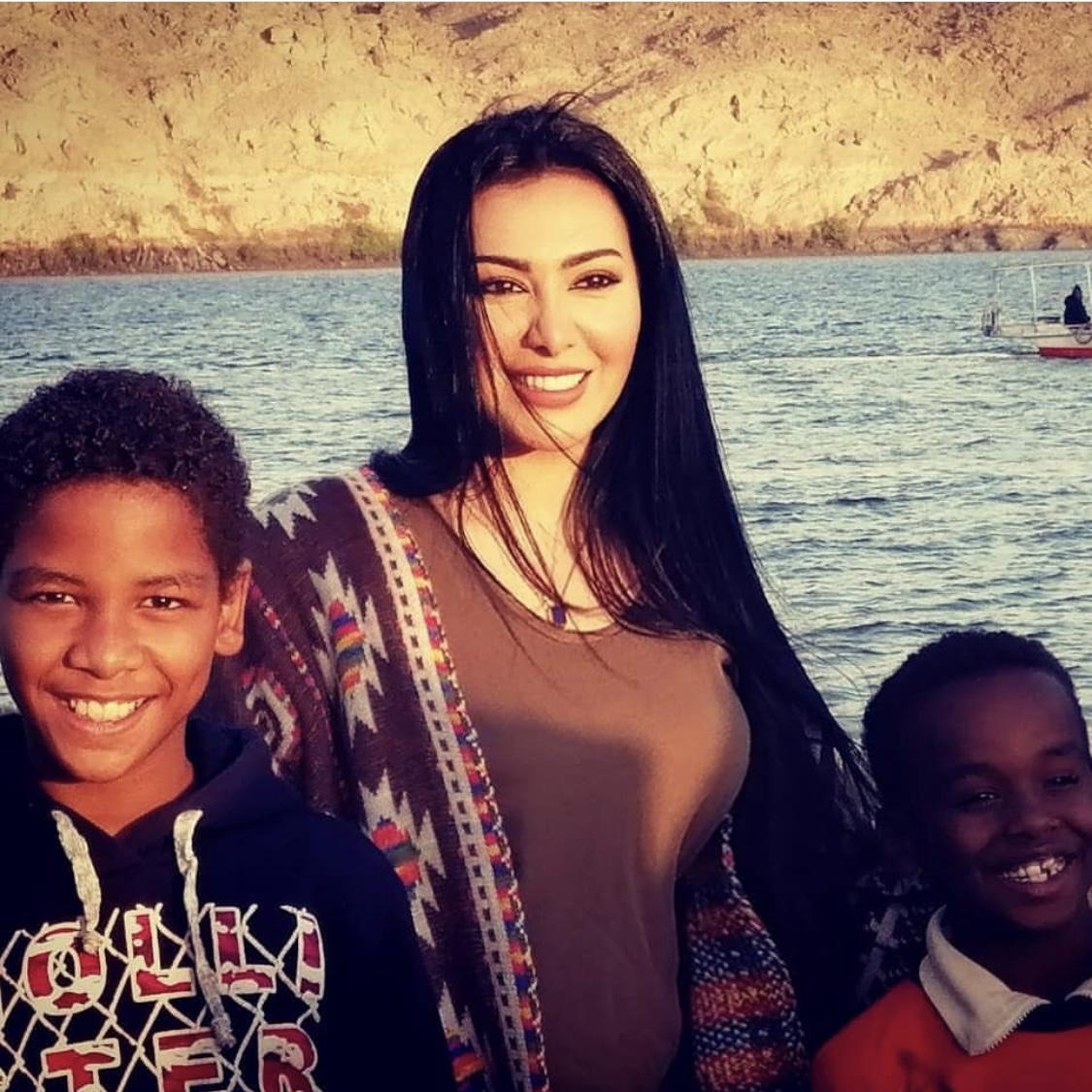 ميرهان حسين مع الأطفال بأسوان