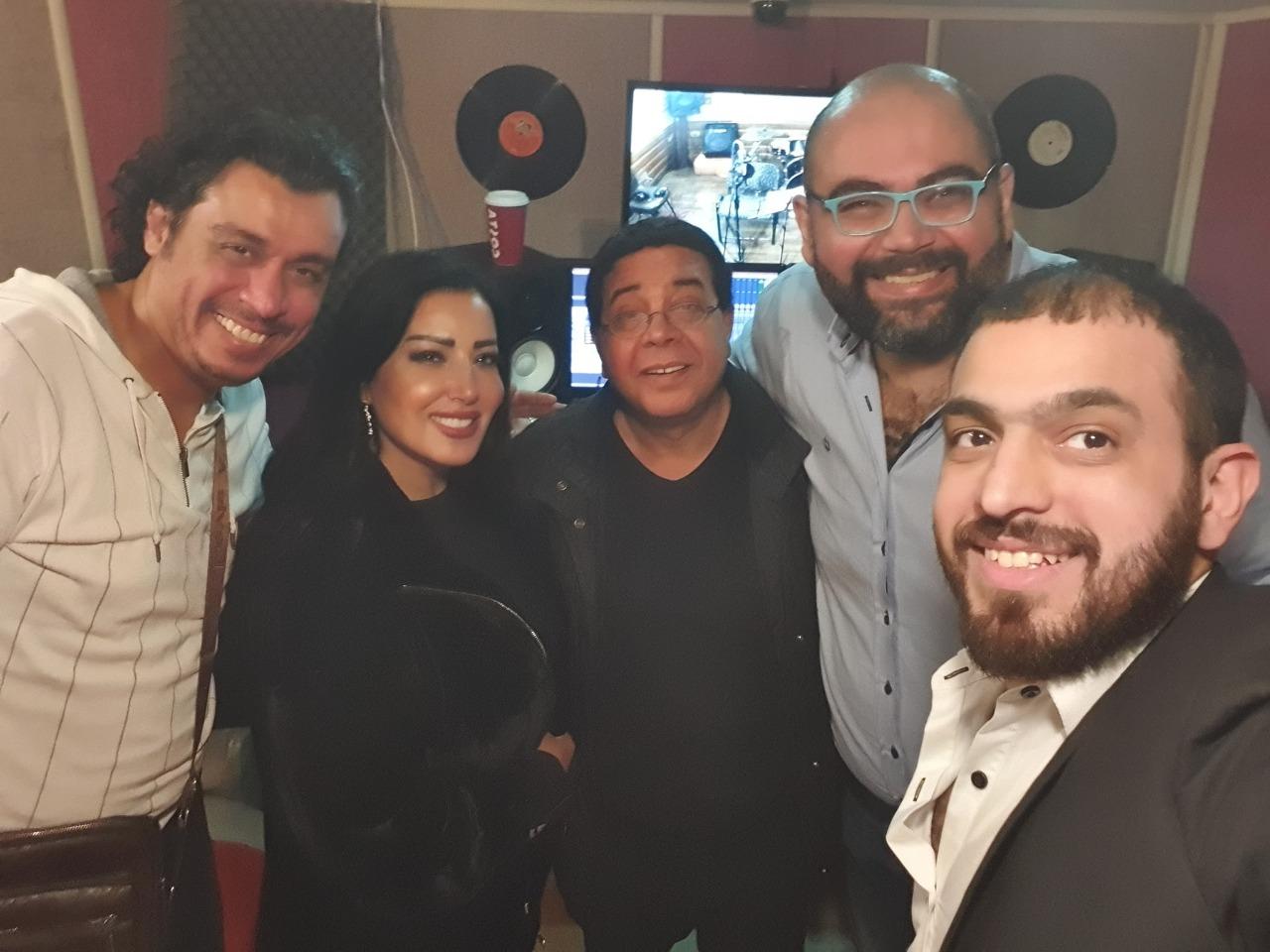 أحمد آدم و سمية الخشاب خلال تسجيل أغنيات العمل