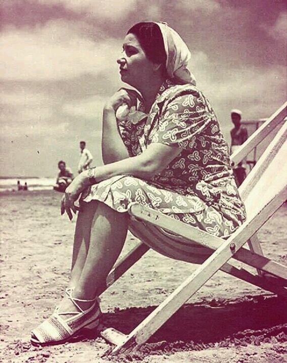 أم كلثوم على شاطئ البحر