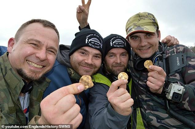صيادى كنوز بريطانيين يعثرون على 550 قطعة من العملات الذهبية (5)