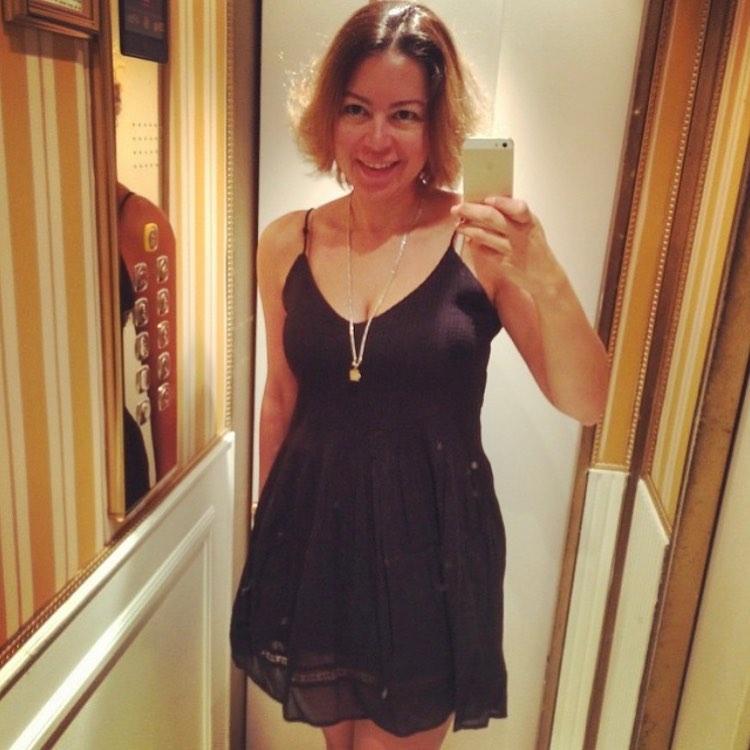 الفنانة لقاء الخميسى ترتدى فستان أسود خلال صورة سيلفى
