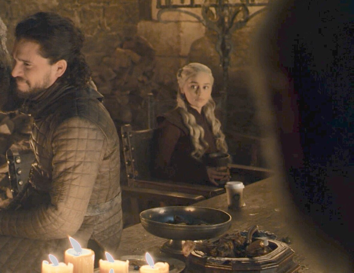 كوب قهوة ورقية أمام دانى فى مسلسل Game Of Thrones
