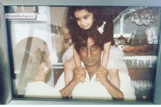 الممثلة شرادها كابور مع والدها الممثل شاكتى كابور