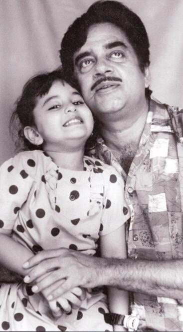 الممثلة سوناكشى سينها مع والدها
