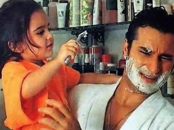 الممثلة سارة على خان مع والدها الممثل سيف على خان