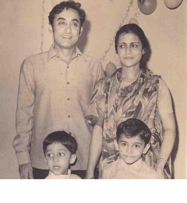 الممثل عامر خان وهو طفل مع أسرته