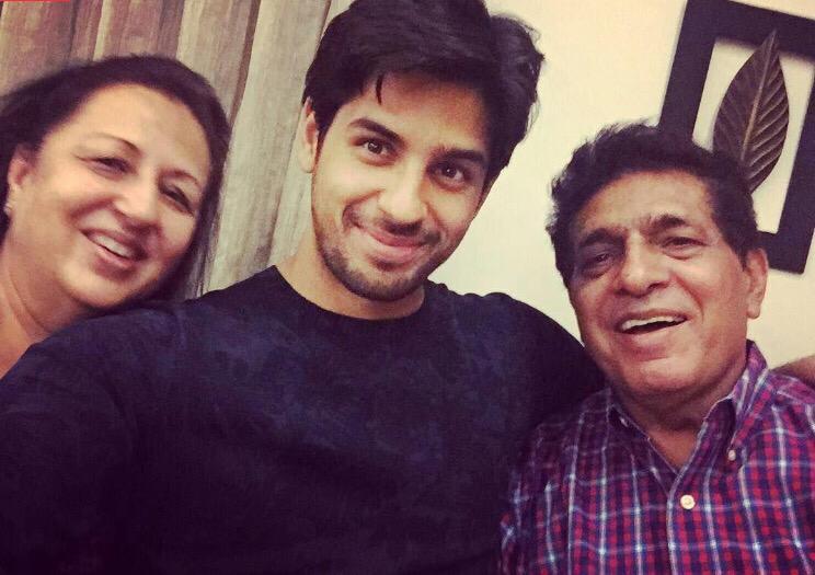 الممثل سيدارث مالهوترا مع والديه