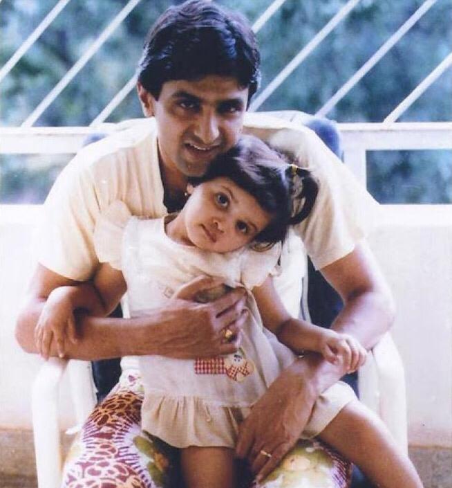 الممثلة ديبيكا بادوكون مع والدها