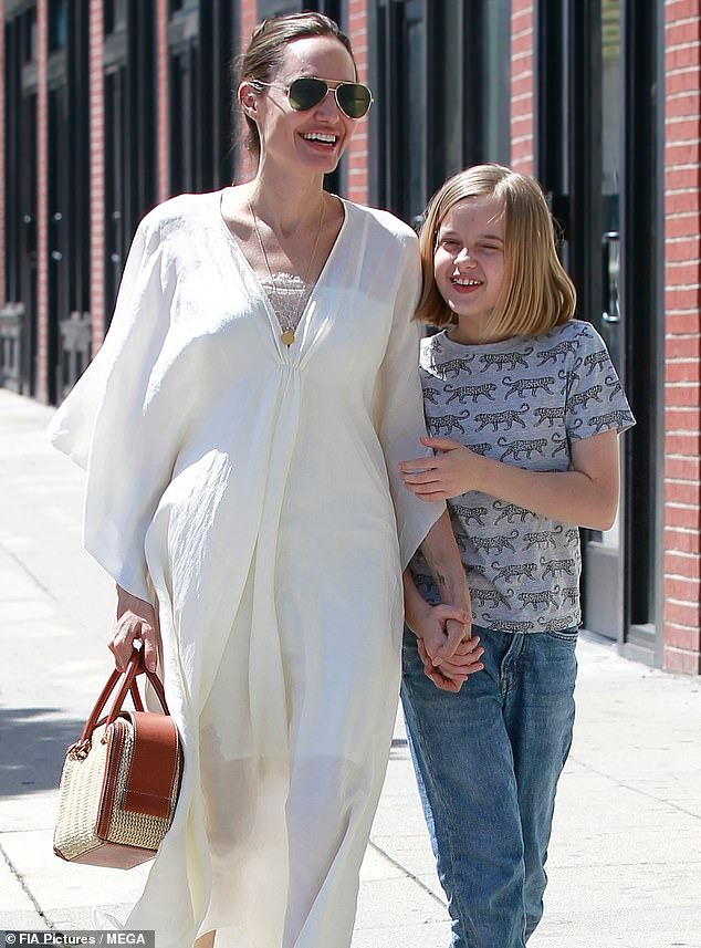 أنجلينا جولي وابنتها فيفيان (1)