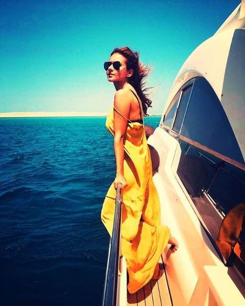 نيللى كريم تستمع بالصيف فى البحر (5)