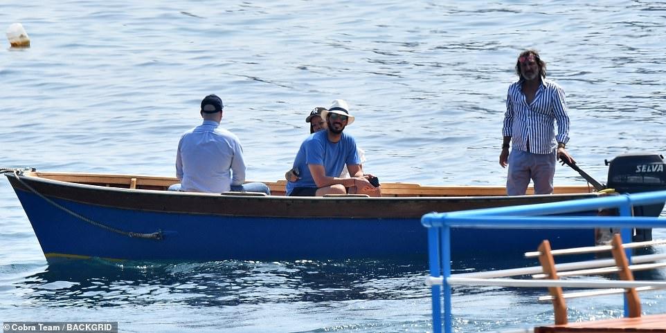 ريهانا برحلة بحرية  (6)