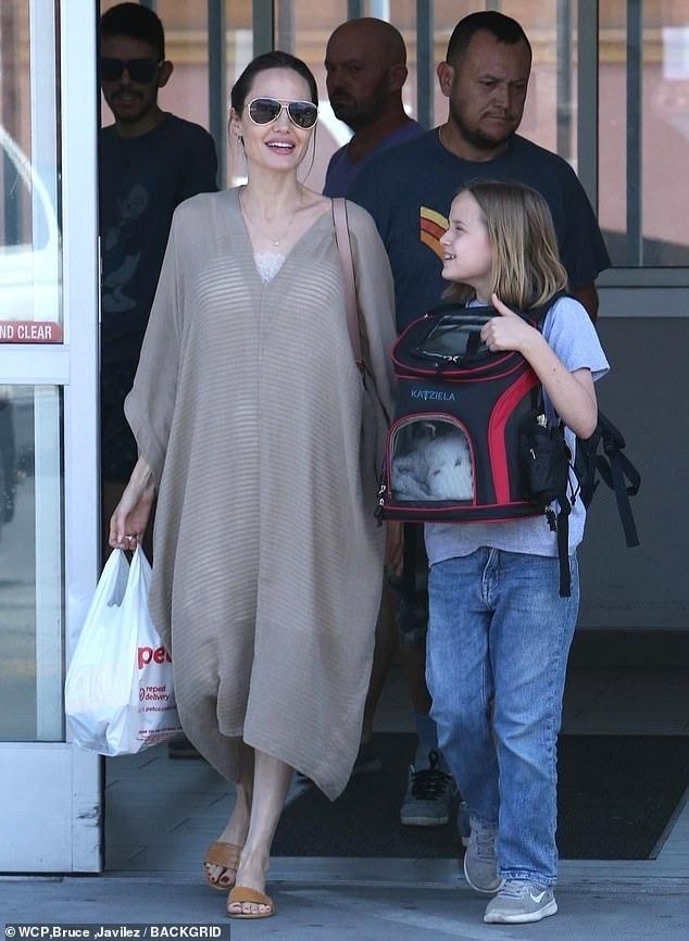 فيفيان ابنة انجلينا جولي تصطحب صديقها الأرنب الجديد لشراء طعامه (3)