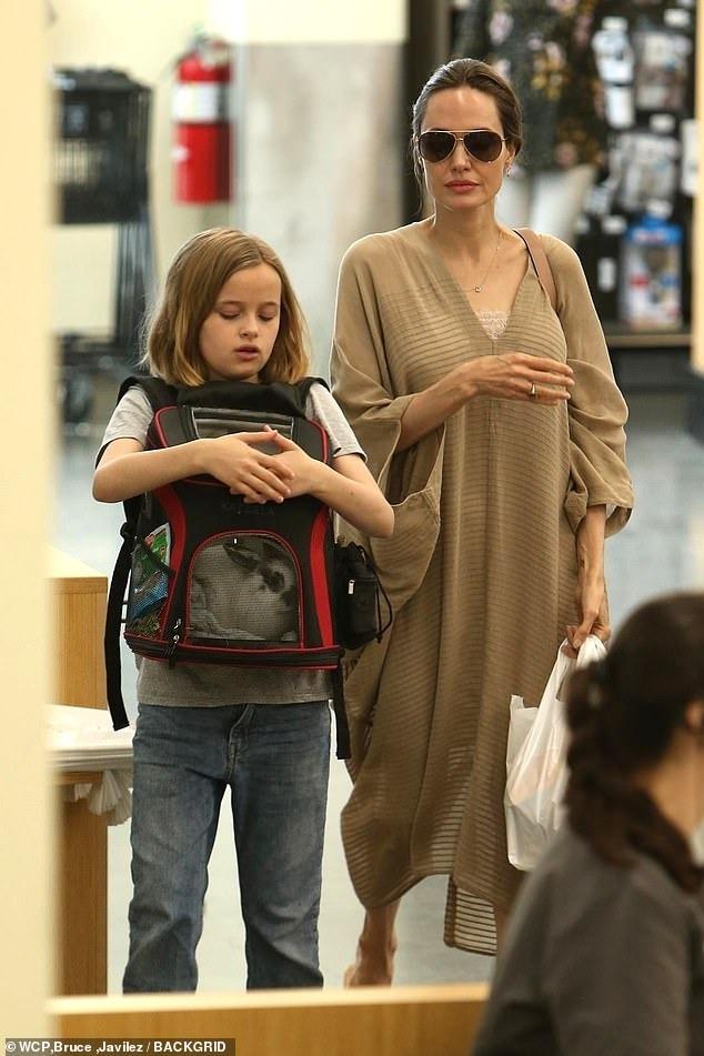 فيفيان ابنة انجلينا جولي تصطحب صديقها الأرنب الجديد لشراء طعامه (2)