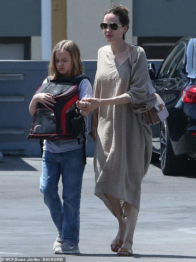 فيفيان ابنة انجلينا جولي تصطحب صديقها الأرنب الجديد لشراء طعامه (4)