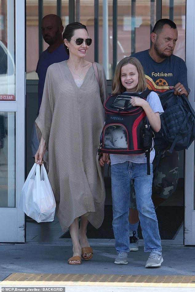 فيفيان ابنة انجلينا جولي تصطحب صديقها الأرنب الجديد لشراء طعامه (1)