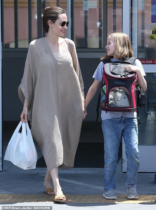 فيفيان ابنة انجلينا جولي تصطحب صديقها الأرنب الجديد لشراء طعامه (5)