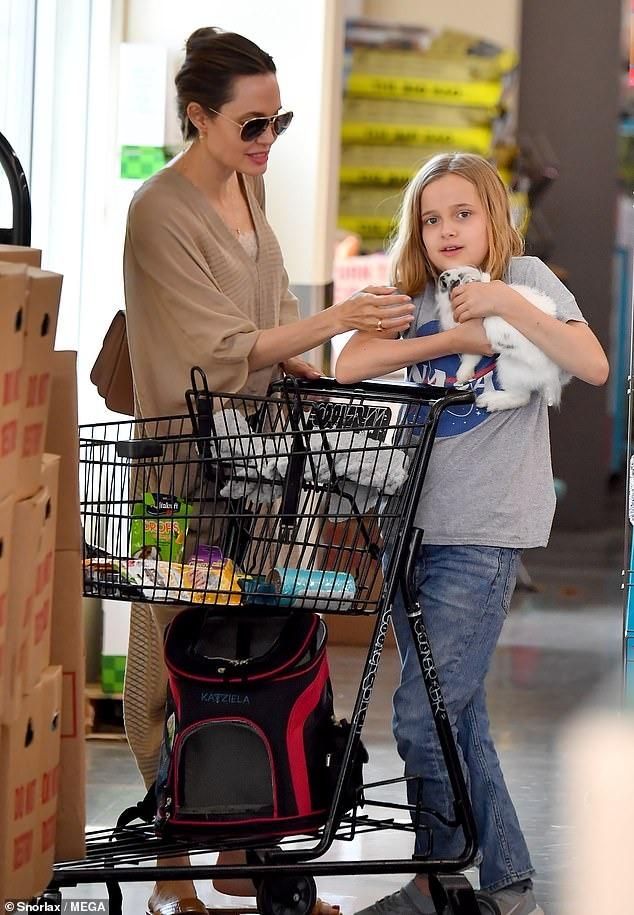 فيفيان ابنة انجلينا جولي تصطحب صديقها الأرنب الجديد لشراء طعامه (7)