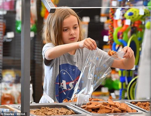فيفيان ابنة انجلينا جولي تصطحب صديقها الأرنب الجديد لشراء طعامه (6)