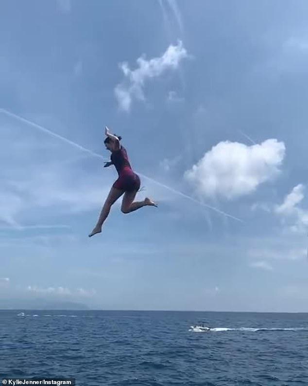 خلال قفز كيلي جينر من اعلي اليخت (1)