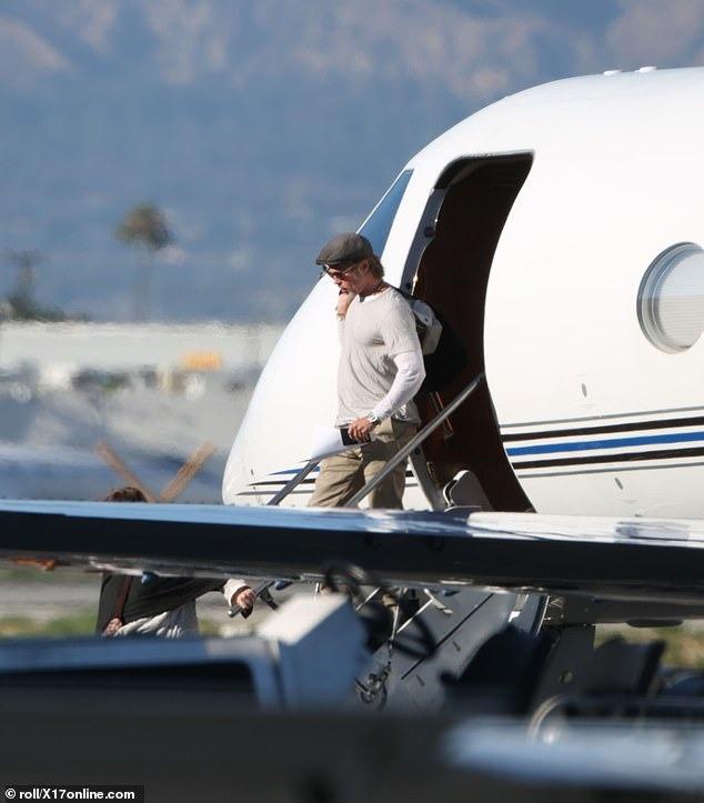 صور براد بيت يعود لوس انجلوس على متن طائرة خاصة   (3)