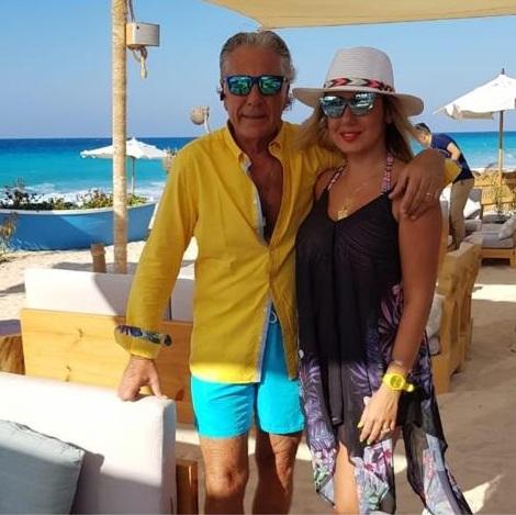 مصطفى فهمى وزوجته فى الساحل