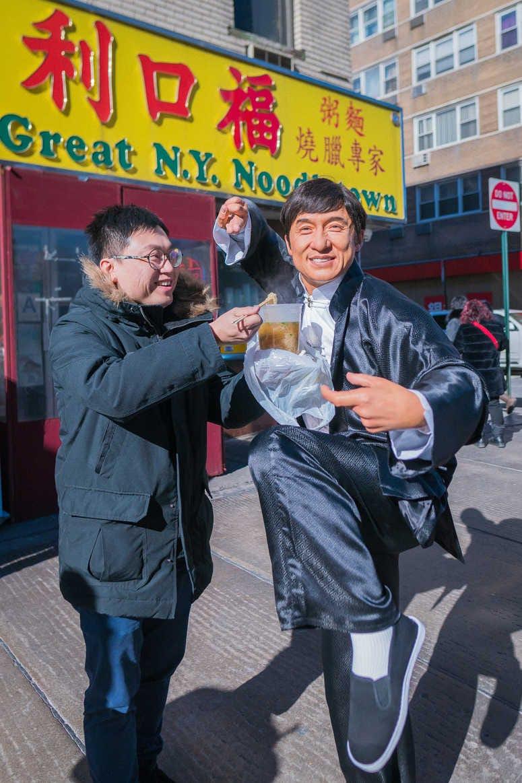 تمثال جاكي شان مع المعجبين (1)