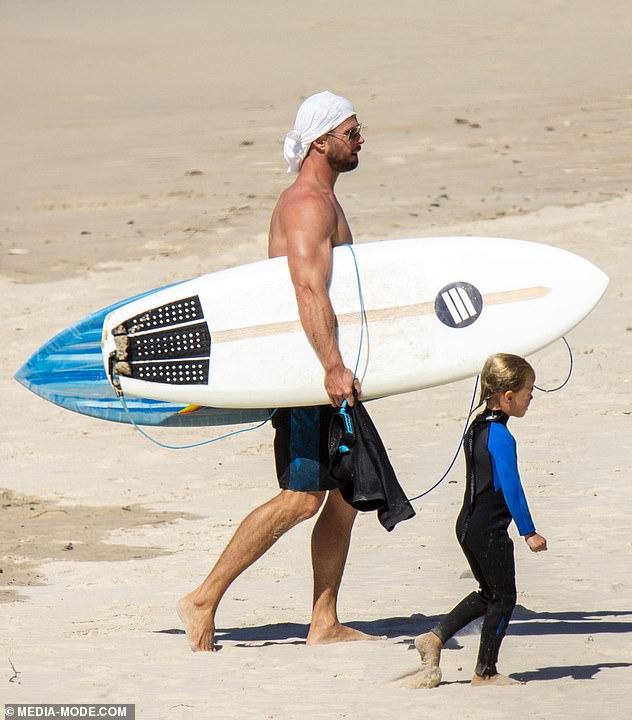 كريس علي الشاطئ