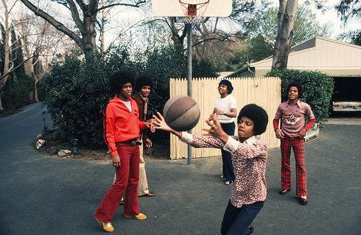 مايكل جاكسون يلعب كرة السلة عام 1972