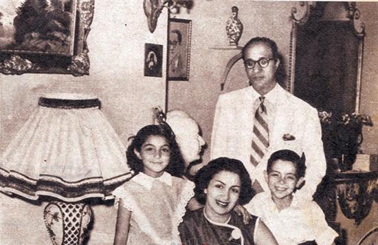 محمد عبدالوهاب مع أبنائه (1)
