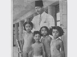 محمد عبدالوهاب مع أبنائه (3)