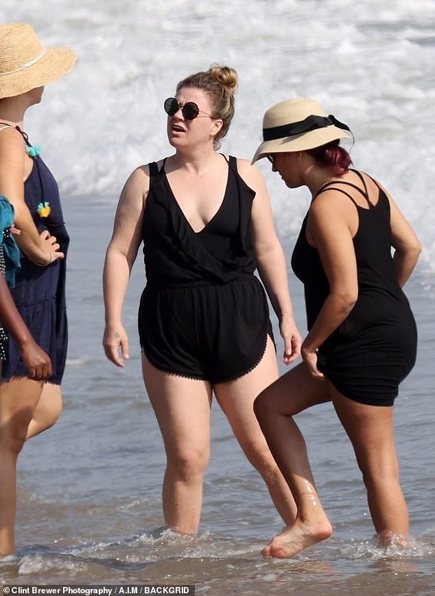 كيلي كلاركسون علي الشاطئ (8)