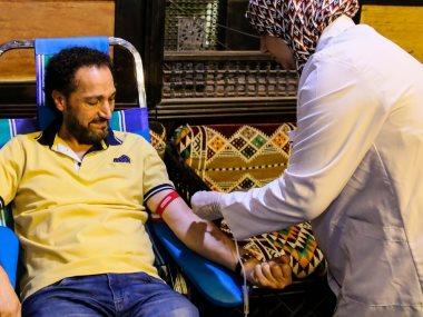 نصير شمة يتبرع بالدم